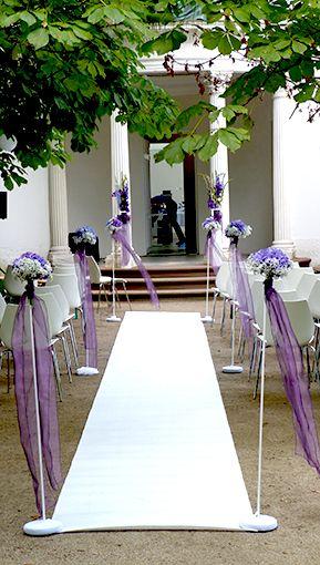 Freie Trauung in den Wunschfarben lila mit weissem Teppich und Blumenspalieren mit Hortensien