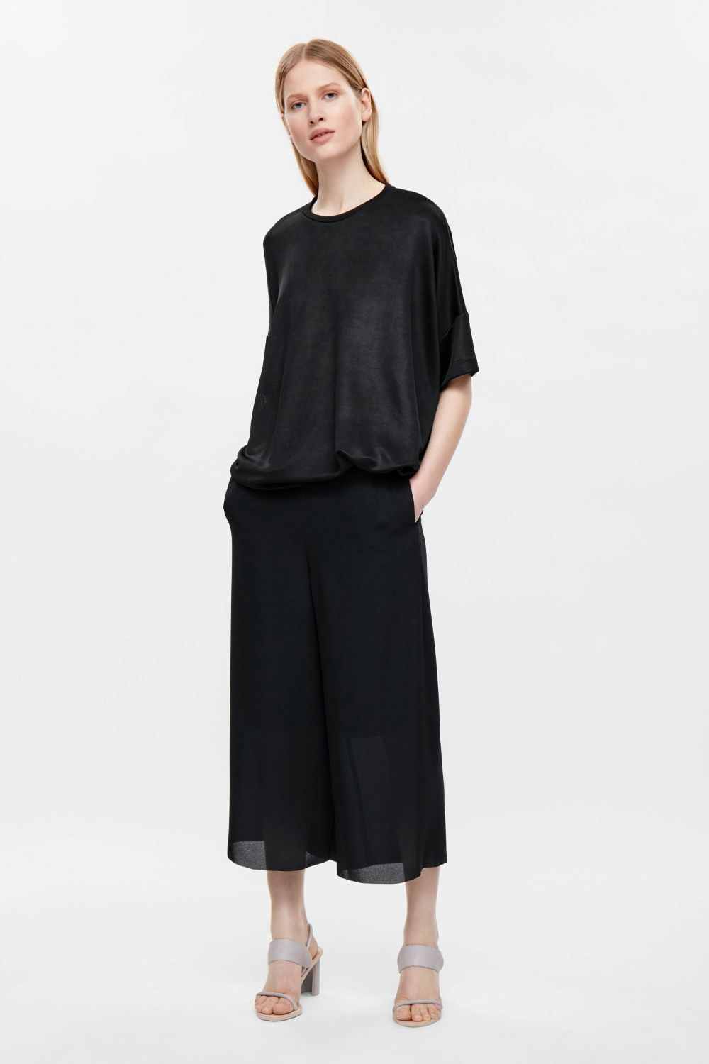 A draped design, this top is made from a sheer ribbed material with a fluid feel. An oversized fit, it has short sleeves, a neat round…