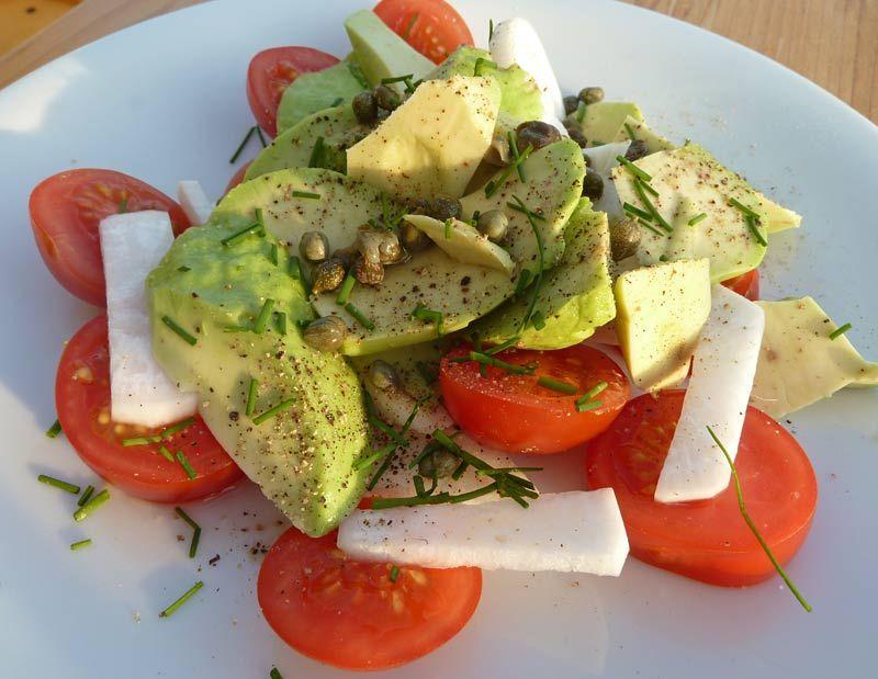 Avocadosalat-mit-Rettich-Tomaten-und-Kapern