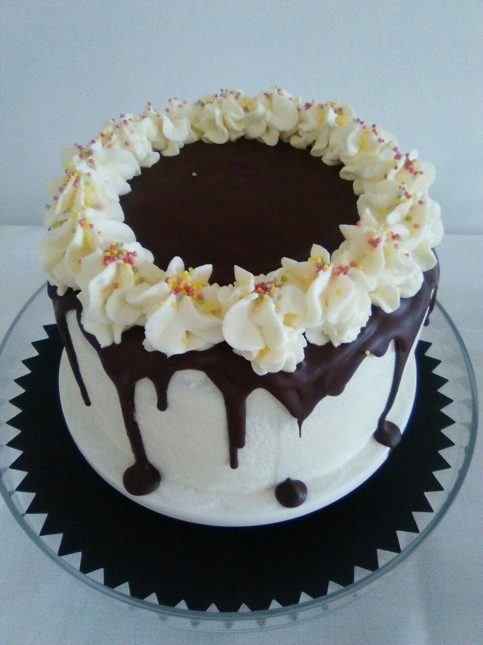 Layer cake de chocolate y frosting de queso
