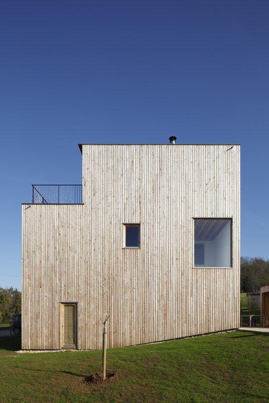 Façade entrée maison bois contemporaine par bernard quirot architecte associés sampans france
