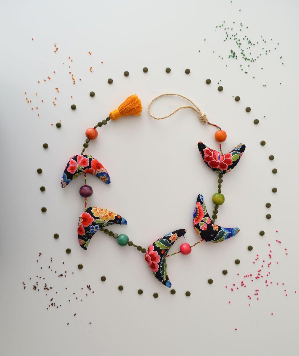 Hacemos una guirnalda de pajaritos con retales de tela y abalorios de collares jubilados, una guirnalda DIY muy colorida para decorar cualquier rincón