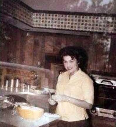 Patsy Cline Cooking 1962 In Her Dream Home On Nella Drive In Goodlettsville Tn Outskirts Of Nashville W Patsy Cline Country Music Artists Loretta Lynn