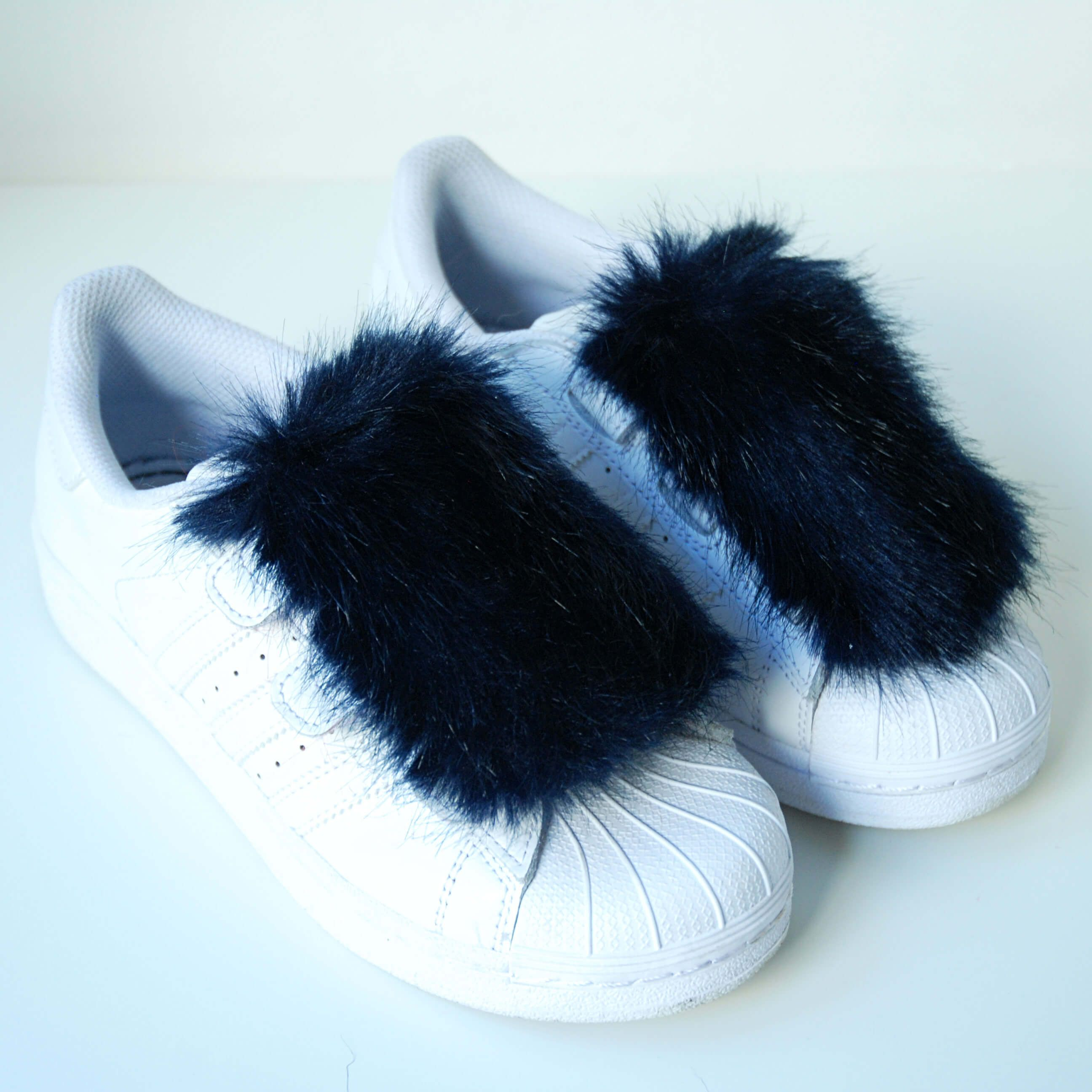 NEW Women/'s Abbie Slip On Sneakers with Faux Fur Pompom Mossimo Leather Size 8