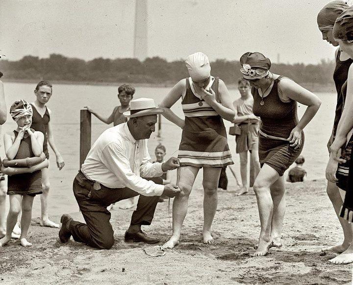 30 de junho de 1922: Bill Norton, policial de Washington, medindo a altura entre o joelho e os trajes na praia de Tidal Basin, depois que o coronel Sherrill, superintendente da Public Buildings and Grounds, emitiu a ordem de que os trajes de banho não poderiam estar seis polegadas acima do joelho.