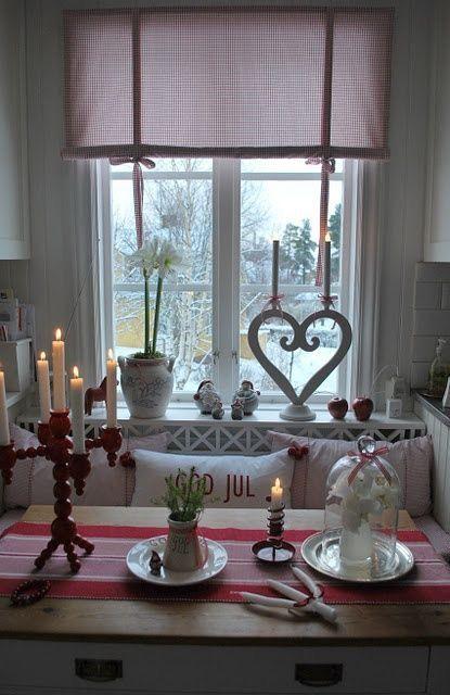 rollos f r die k chenfenster aus rot gestreiftem stoff jul. Black Bedroom Furniture Sets. Home Design Ideas