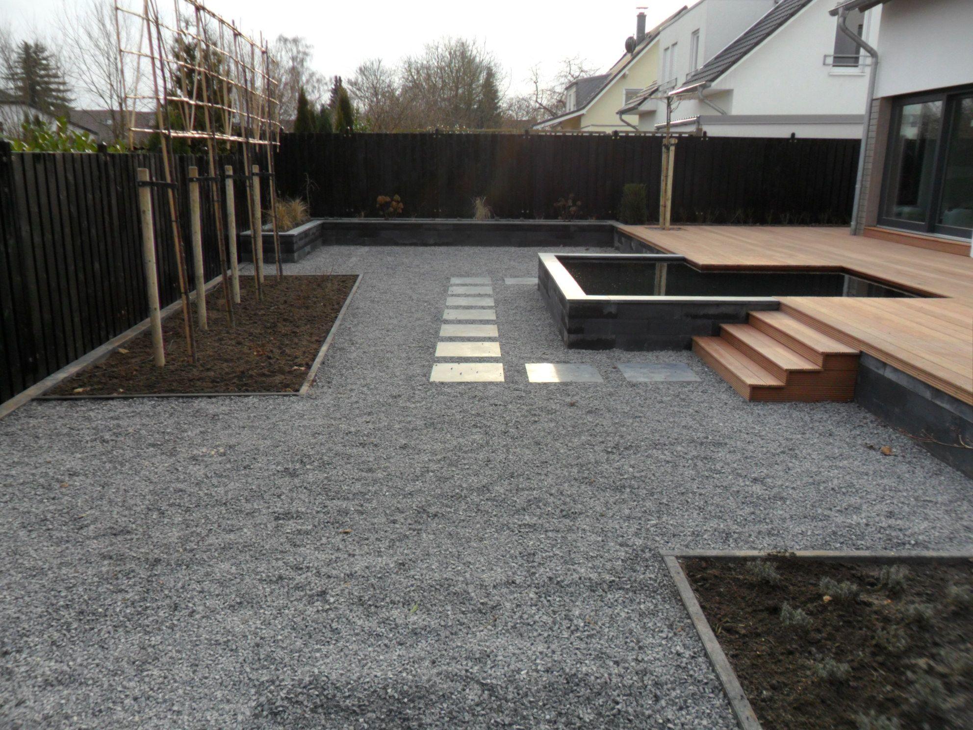 Moderne tuin met vijver en verhoogd vlonder terras tuinidee n pinterest gardens garten - Tegels van cement saint maclou ...