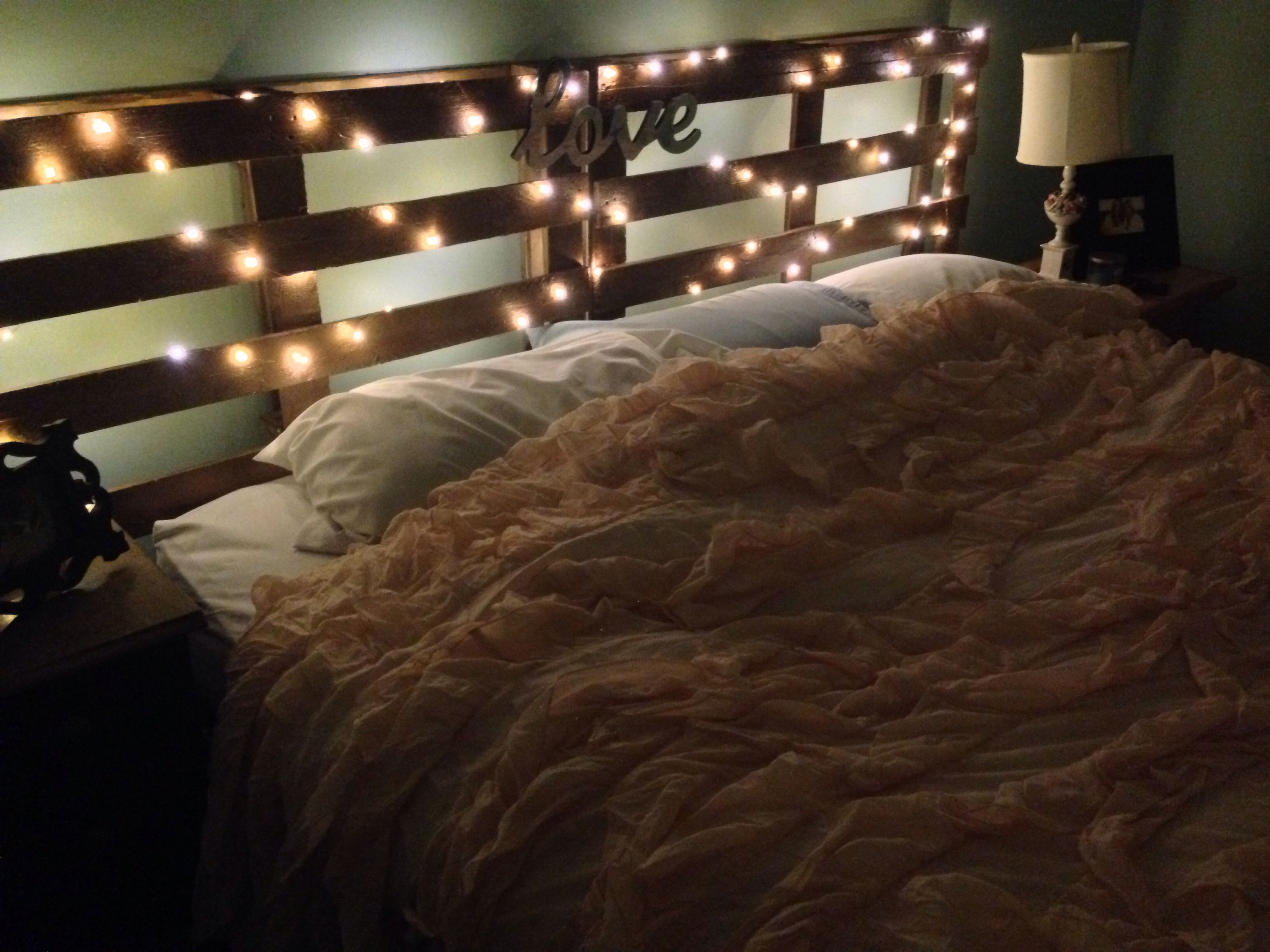 Pallet headboard and twinkle lights. #diy | If I had all the time ...