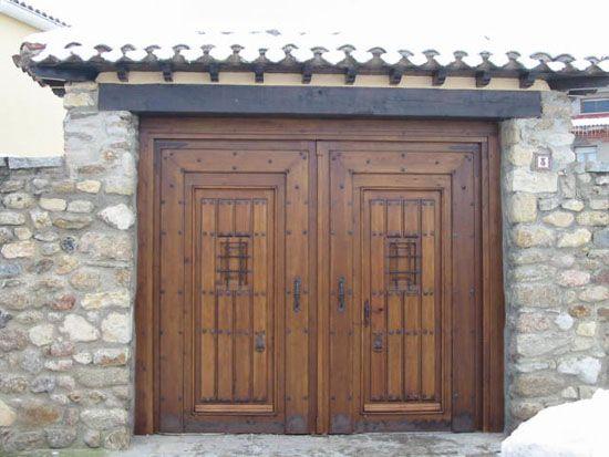 Puertas y portones en madera maciza colecci n alpujarras for Puertas de madera para garage