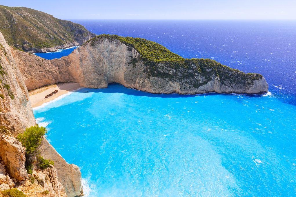 la plage de navagio egalement appelee baie du naufrage est une baie isolee de l ouest de l ile de zante en grece c est une des plus belles plages de grece