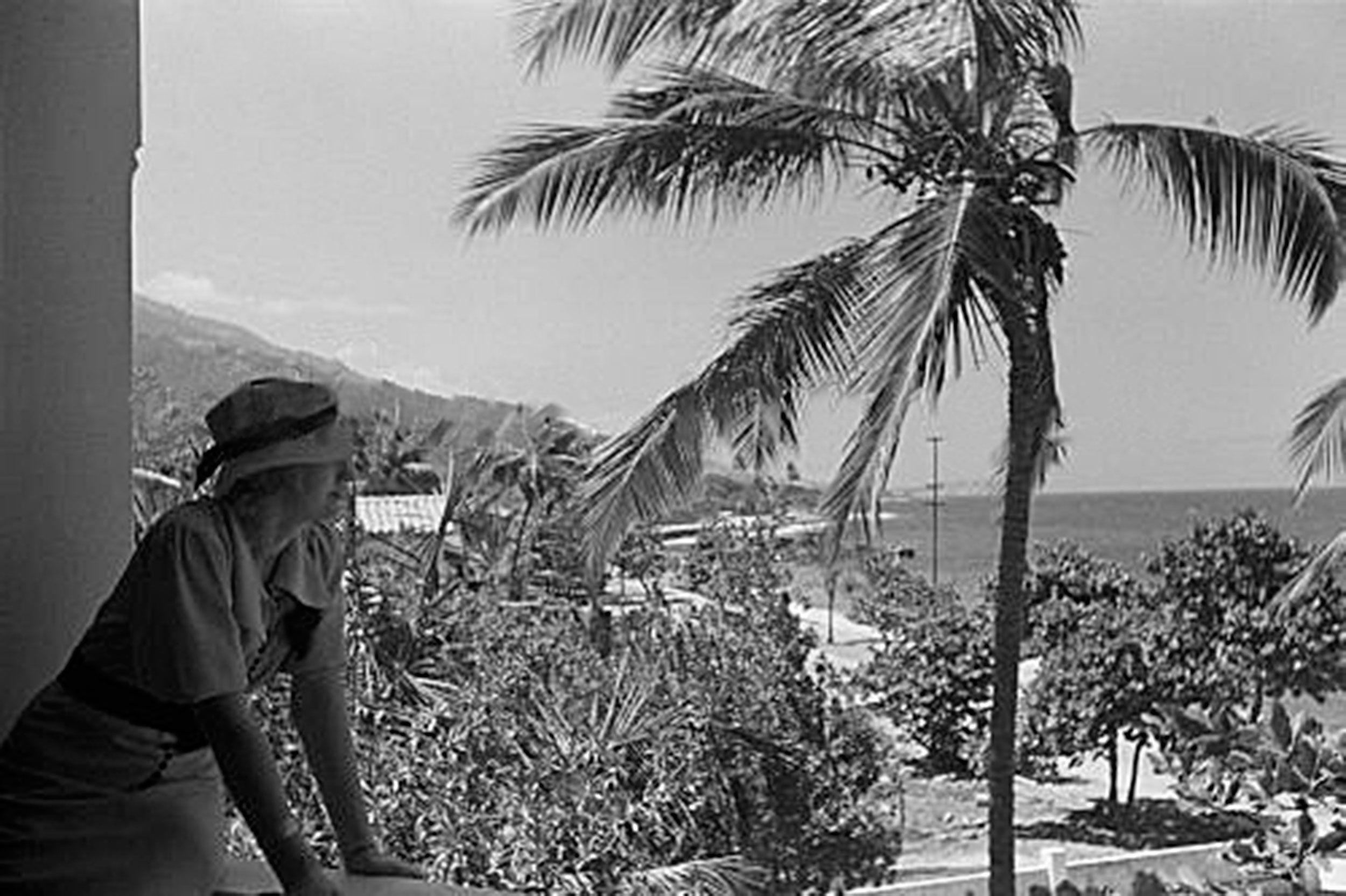 Hermosa Y Elegante Turista Alemana Que Acompaño Al Fotógrafo Hanns Tschira En Su Recorrido Por Venezuela Luego De Desembarcar En El Puerto De La Guaira Posan