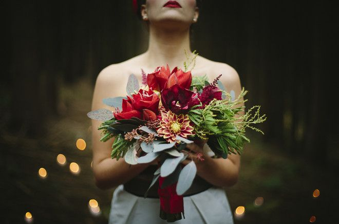 Winterhochzeit mit kurzem Brautkleid und oppulentem Brautstrauß / Winter wedding inspiration with short wedding dress and bridal bouquet  (www.noni-mode.de - Foto: Le Hai Linh)