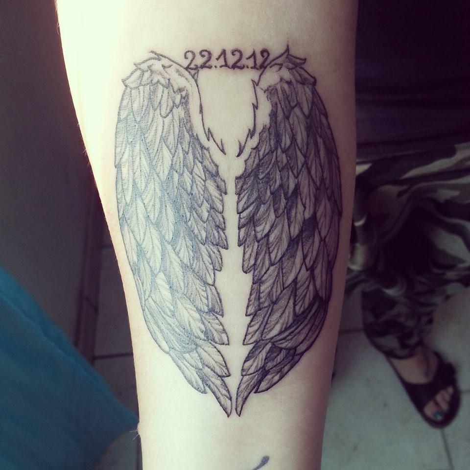 Tattoo avant bras ailes d 39 ange avec la date de naissance - Tatouage ailes d ange ...