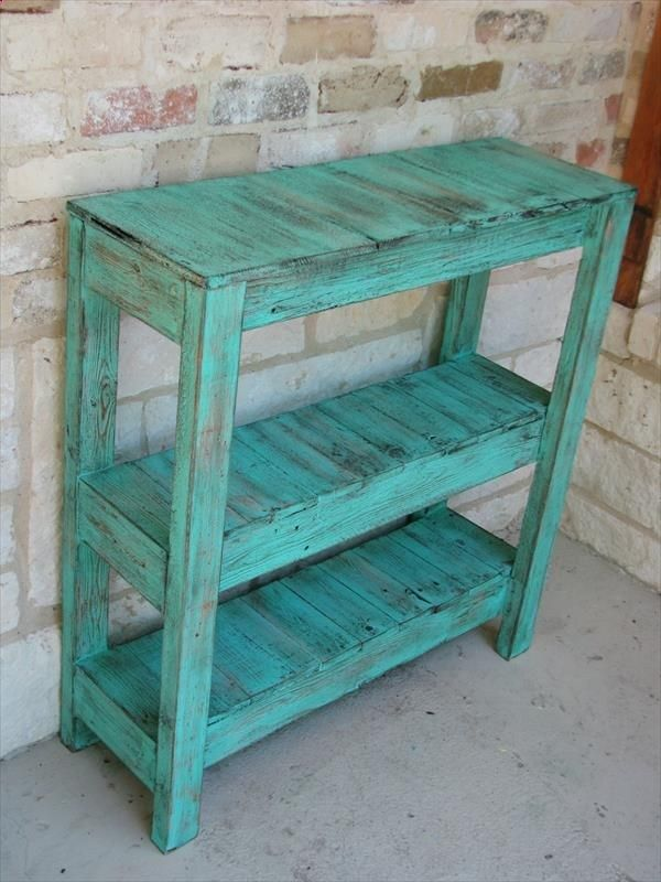 DIY Pallet Table. Would be great outside for all the dirty shoes!