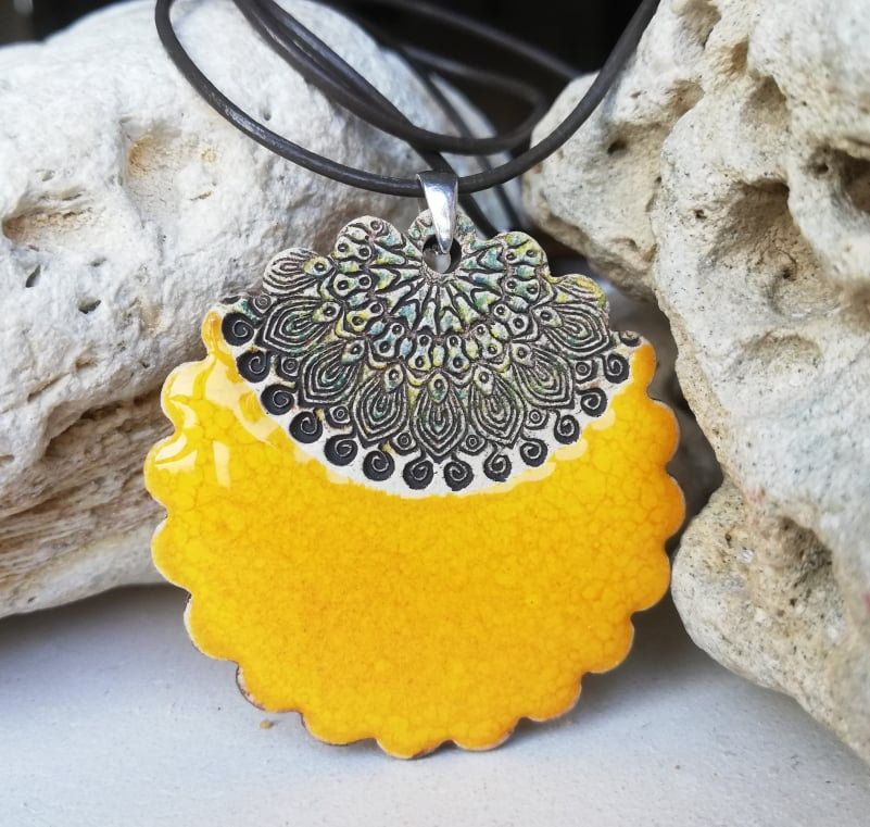Unikatowy żółty naszyjnik z wisiorkiem ceramicznym 44 mm. Żółty wisior z gliny ozdobiony ornamentem. Ceramika i srebro 925. Biżuteria GAIA ze sklepu CeramikaGaia na Etsy