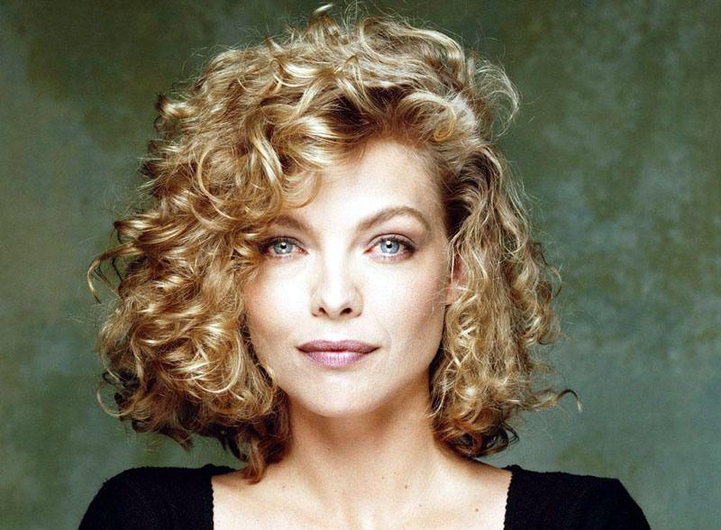 Pour Un Look Tres Glamour Michelle Pfeiffer A Choisi Cette Coiffure