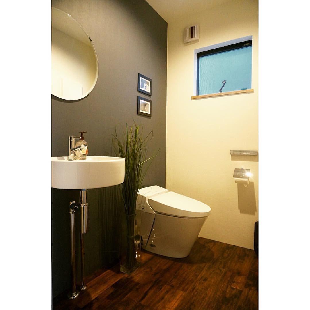 こちらは1階 トイレ の写真 クロス は一面のみダークカラー に フロアタイル は 木目調 のダークブラウンをセレクト 鏡の真ん中に置いてるオブジェは イケア の物 便器 は リクシル の サティス です マイホーム マイホーム記録 マイホー