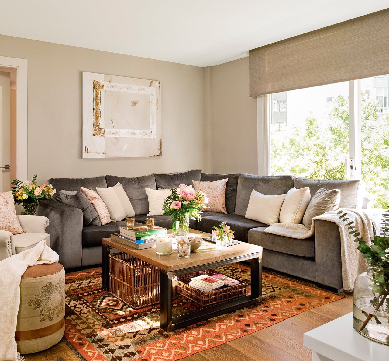 En el sal n sof mesa de centro bandeja y cestas de cado - Bandejas decoracion salon ...
