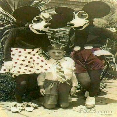 small child poses with first Mickey and Minnie Mouse costumes that Walt Disney was very unhappy with and he redesigned them many times for DisneyLand in ... & Mickey y Minnie Mousse en sus comienzos. Dan un poco de miedo ...