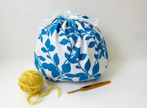 大判の巾着は旅行時に小物の仕分け用として、また毛糸と編みかけの作品を持ち歩くのにも最適です。タックをとって立体的にした丸底には、毛糸など丸いものが形よく収まり... ハンドメイド、手作り、手仕事品の通販・販売・購入ならCreema。