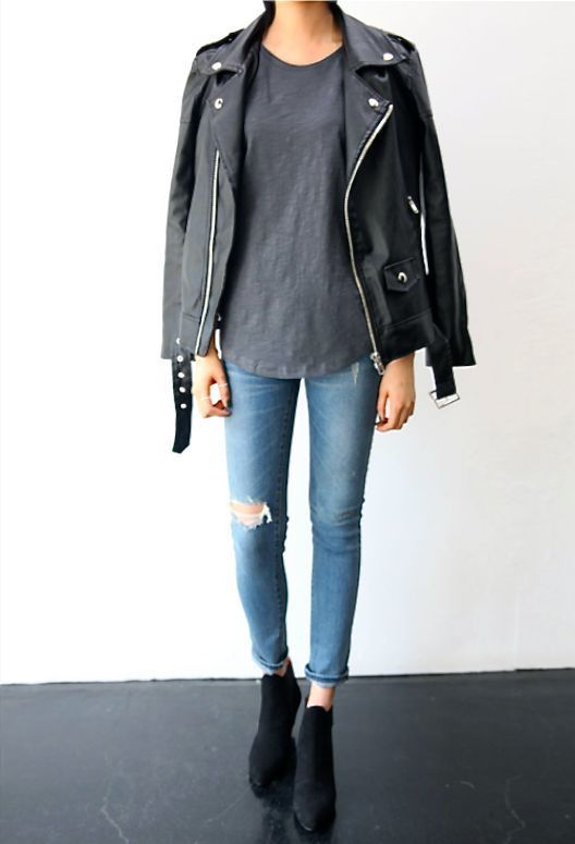 schwarze leder bikerjacke graues t shirt mit einem rundhalsausschnitt hellblaue jeans mit. Black Bedroom Furniture Sets. Home Design Ideas