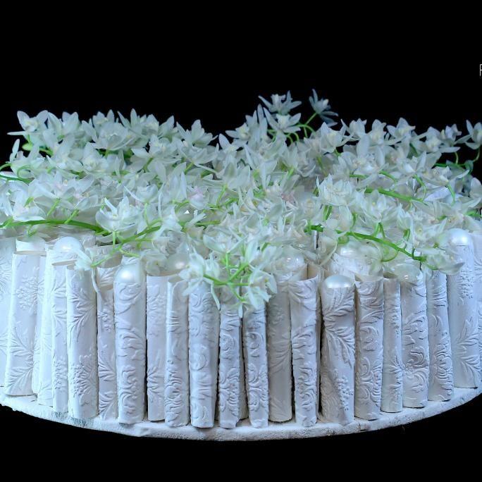 Buisjes in behangpapier..gevuld met Cymbidium ( Orchidee)