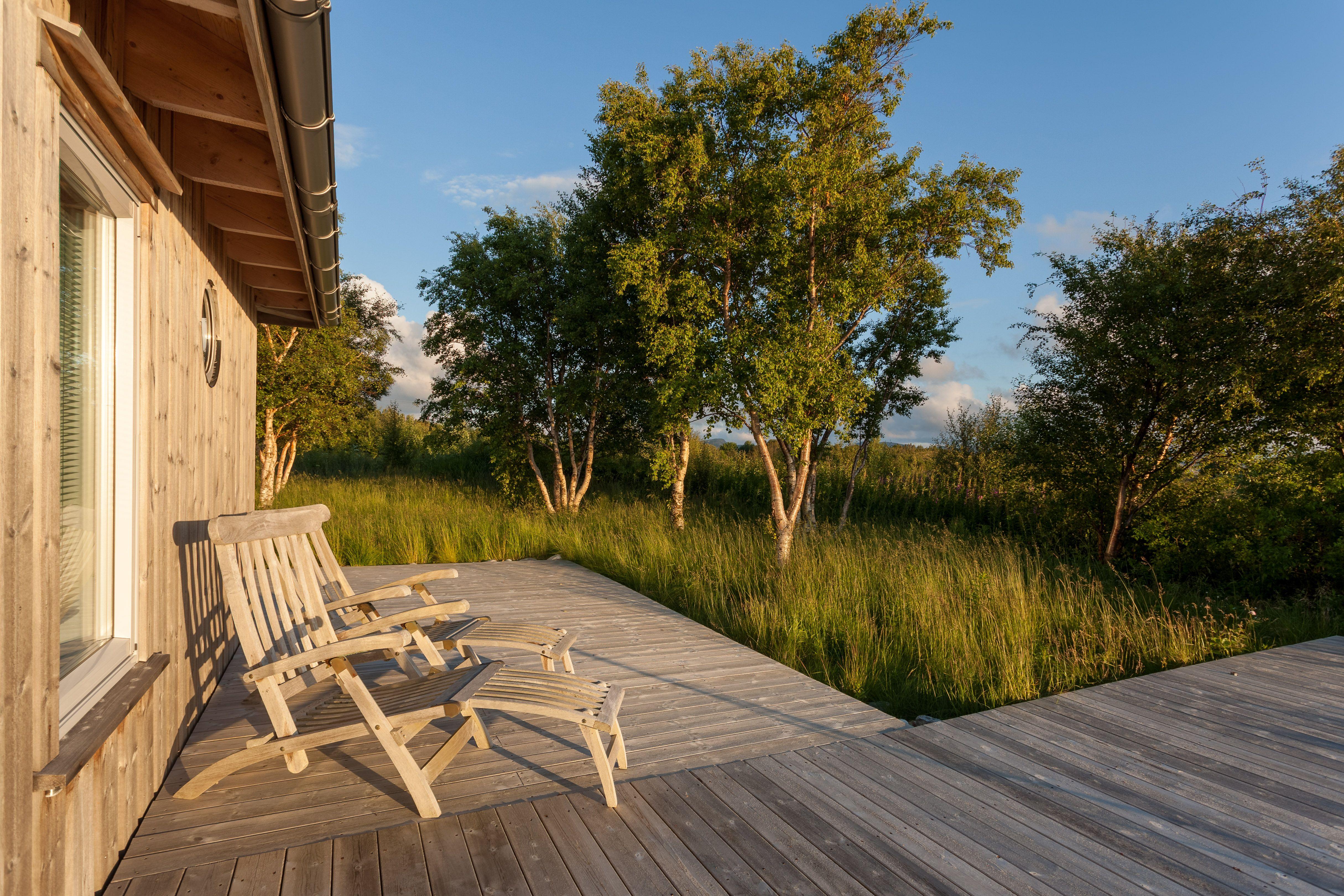Terrasse-inspirasjon: Enkelt designet terrasse langs kysten i Midt-Norge