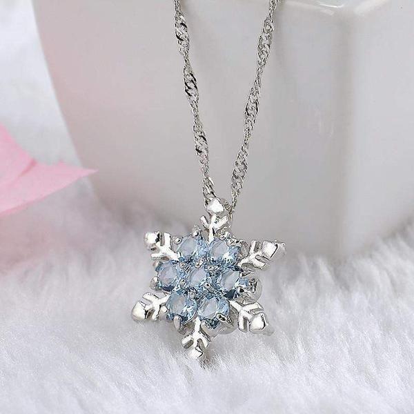 Colgante de copo de nieve de cristal de circonio. Disponible en dos tonos de azul …