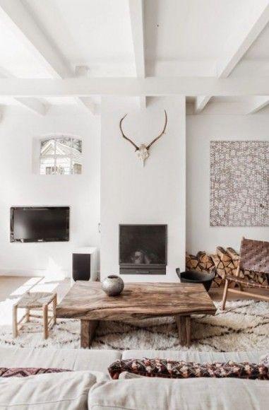 La cheminée apporte un côté confortable dans un salon scandinave