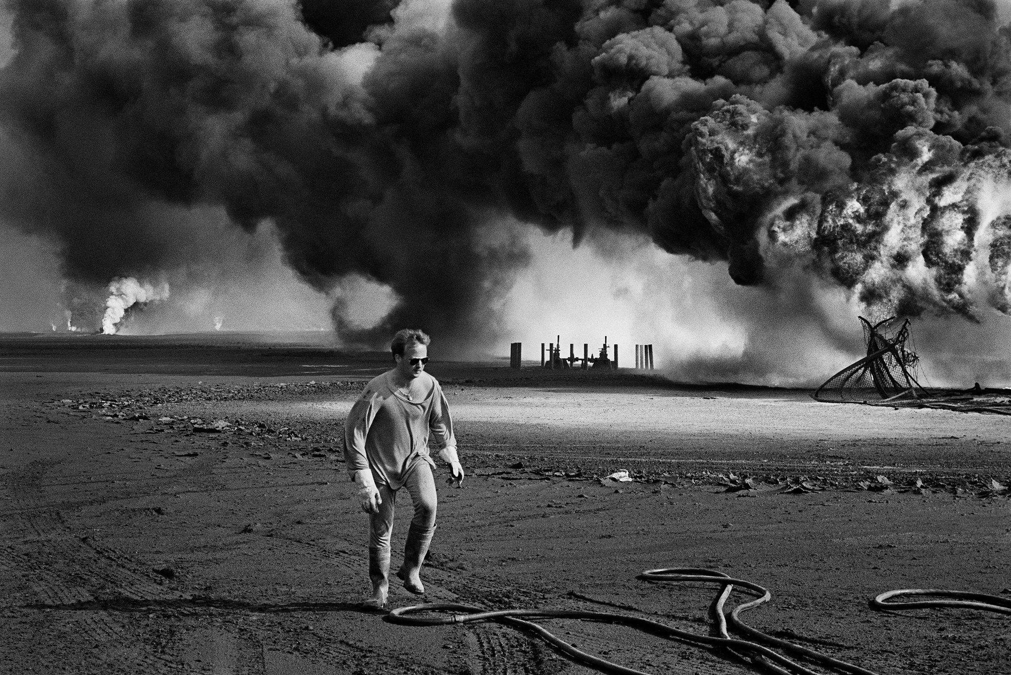 25th Anniversary Of 1991 Kuwaiti Oil Fires Published 2016 Sebastiao Salgado Sebastiao Salgados Photo