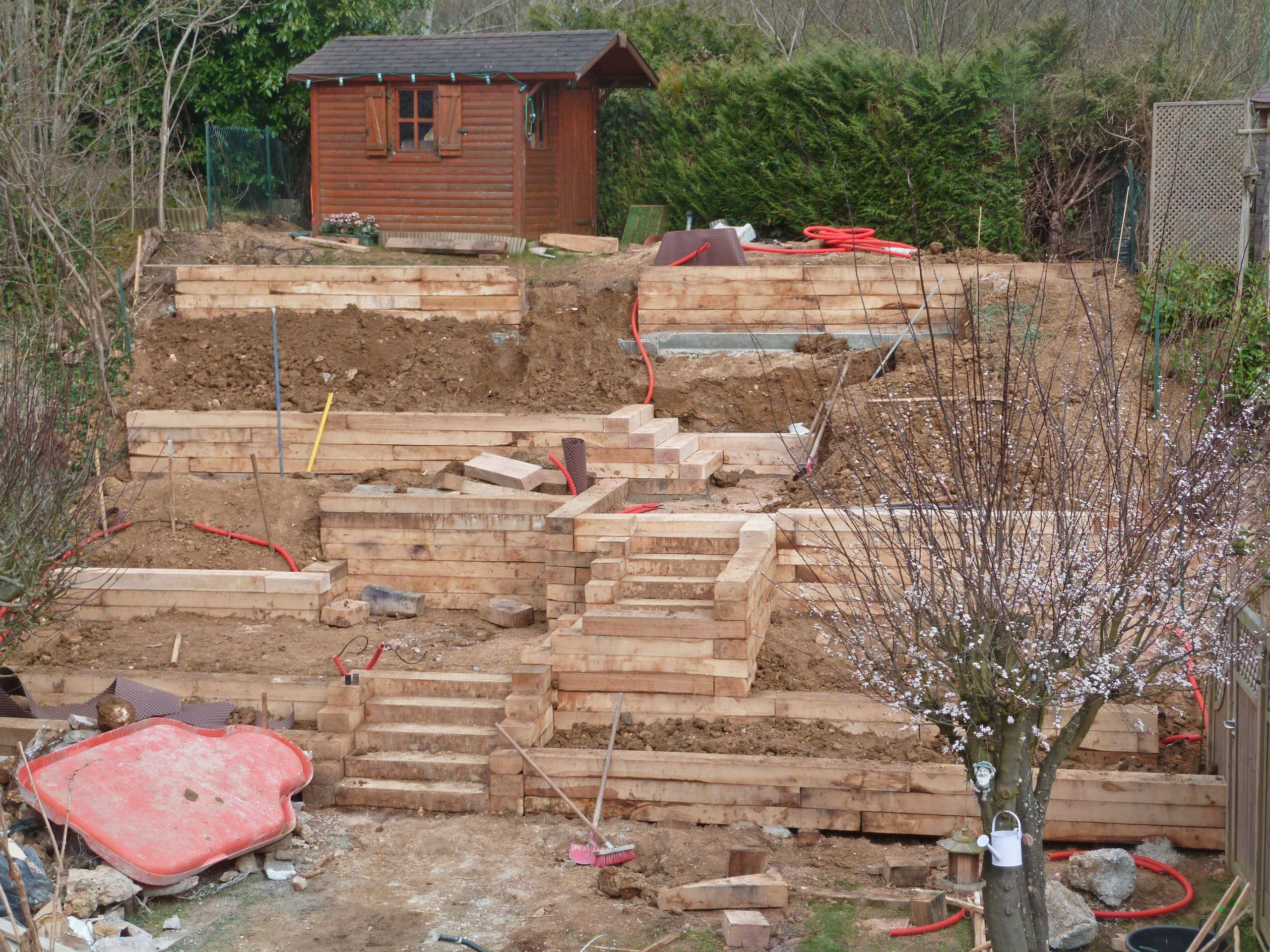 Montage des murets en traverses bois jardin en pente jardin en pente jardins et jardin paysager - Photos jardins en pente ...