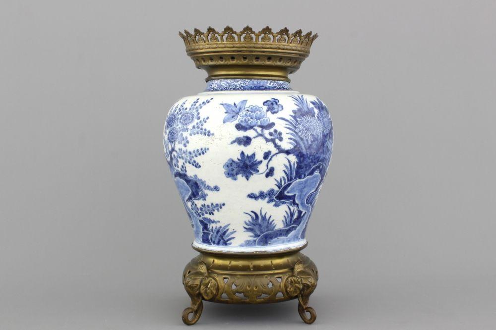 Blauw en witte Delftse vaas met kopermontuur, laat 17e eeuw