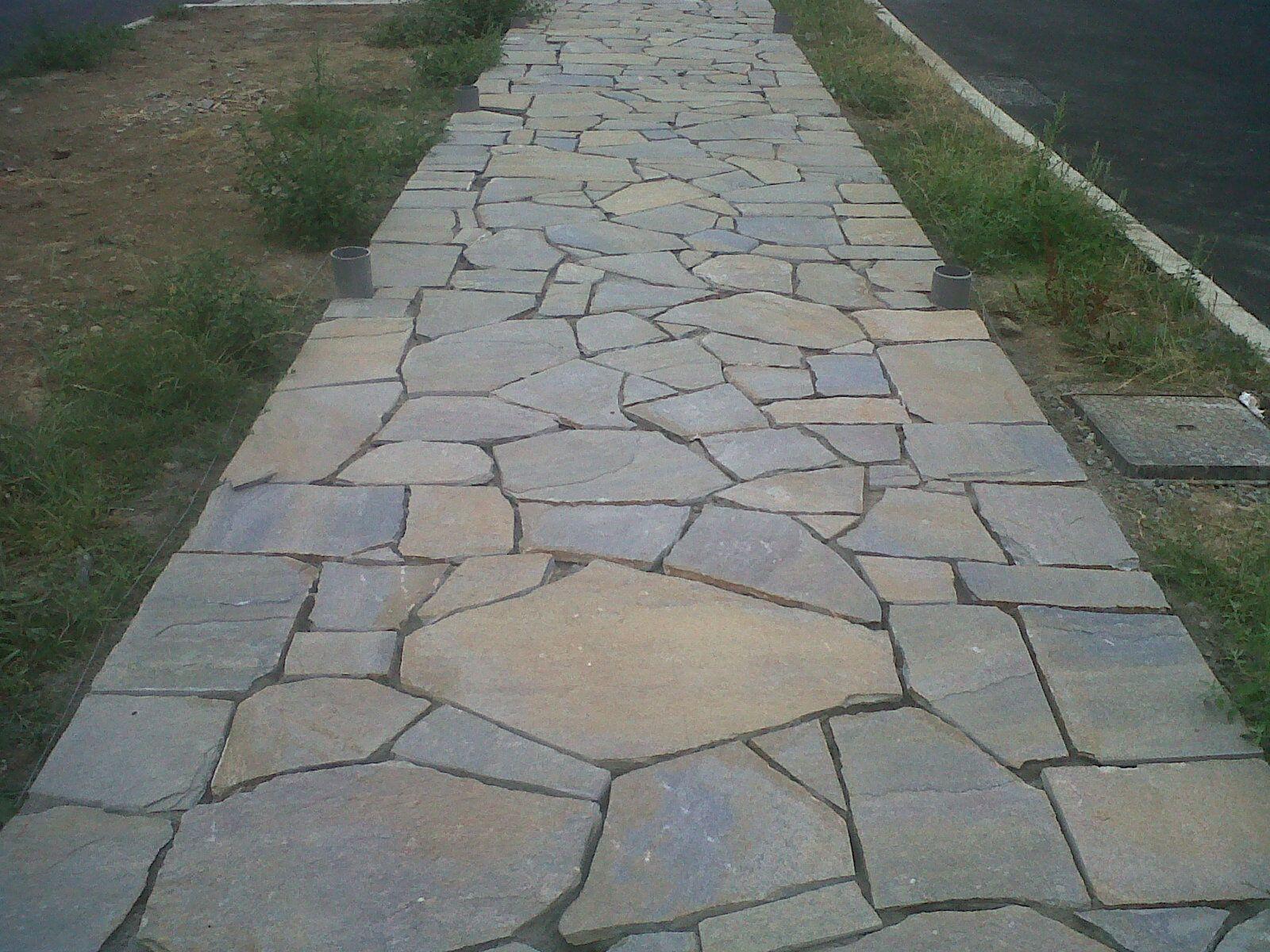La mejor piedra para tu piso exterior lo encuentras en for Pisos para patios rusticos