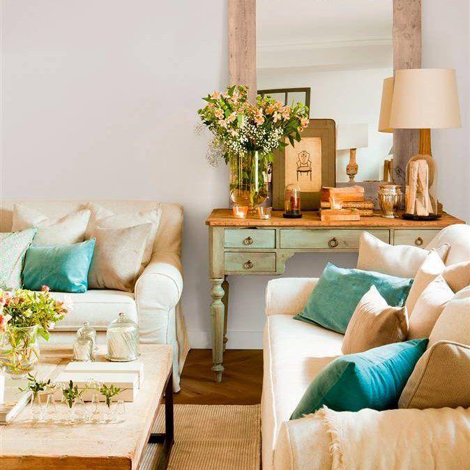 saln con sofs beige y cojines en verde y azul mueble decapado en verde agua