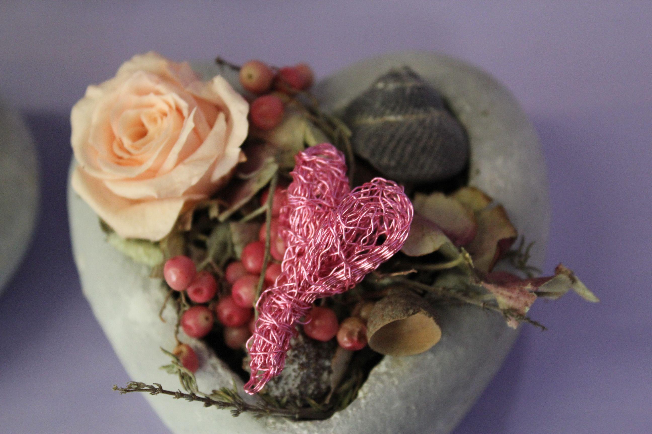 kleines herz ausgarniert mit gefrieregetrockneter rose in
