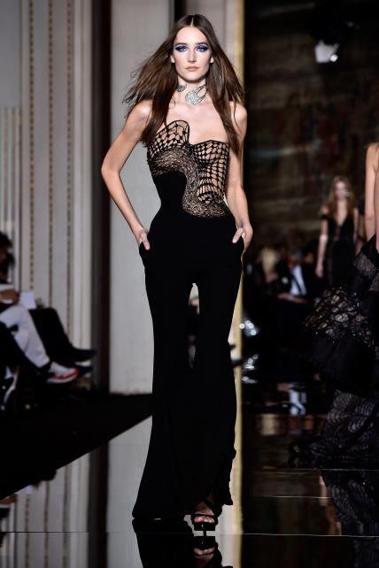 La perfecta asimetría de Versace - Univision Belleza y Moda