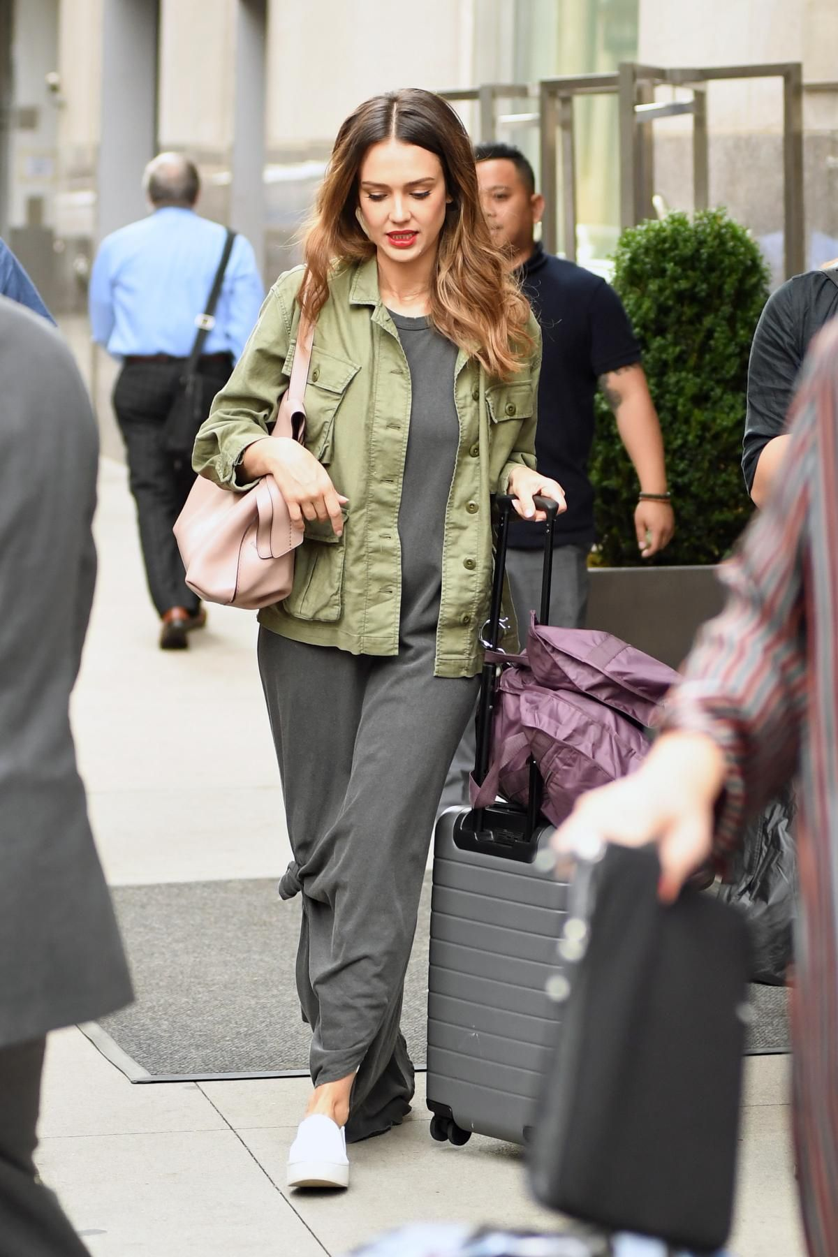 b165d93d45 Jessica Alba wearing Vince Warren Leather Sneakers, Away Carry-on Luggage,  The Great. Knotted Tee Dress, Tod's Wave Bag in Pink and The Great.
