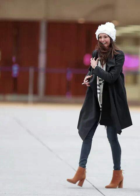 I love her outfit. Nina Dobrev.  1e11a0f4e008