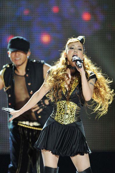 黒金の衣装で歌う安室奈美恵さん