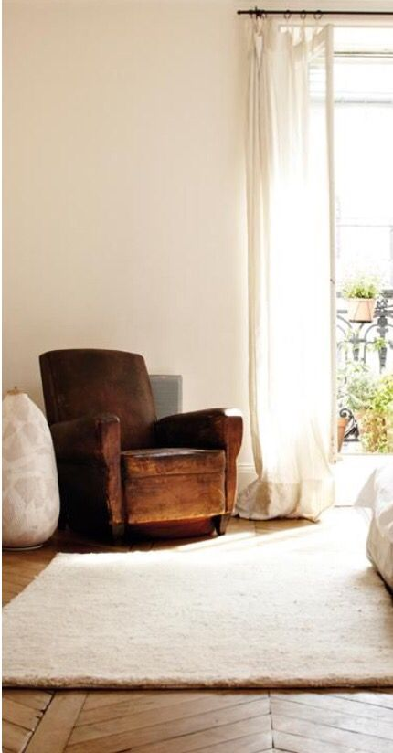 Poltrona de couro com tapete off white design vintage
