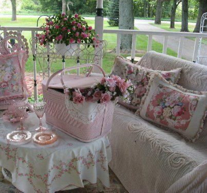 .I'm not a pink decor fan, but this is so pretty!!