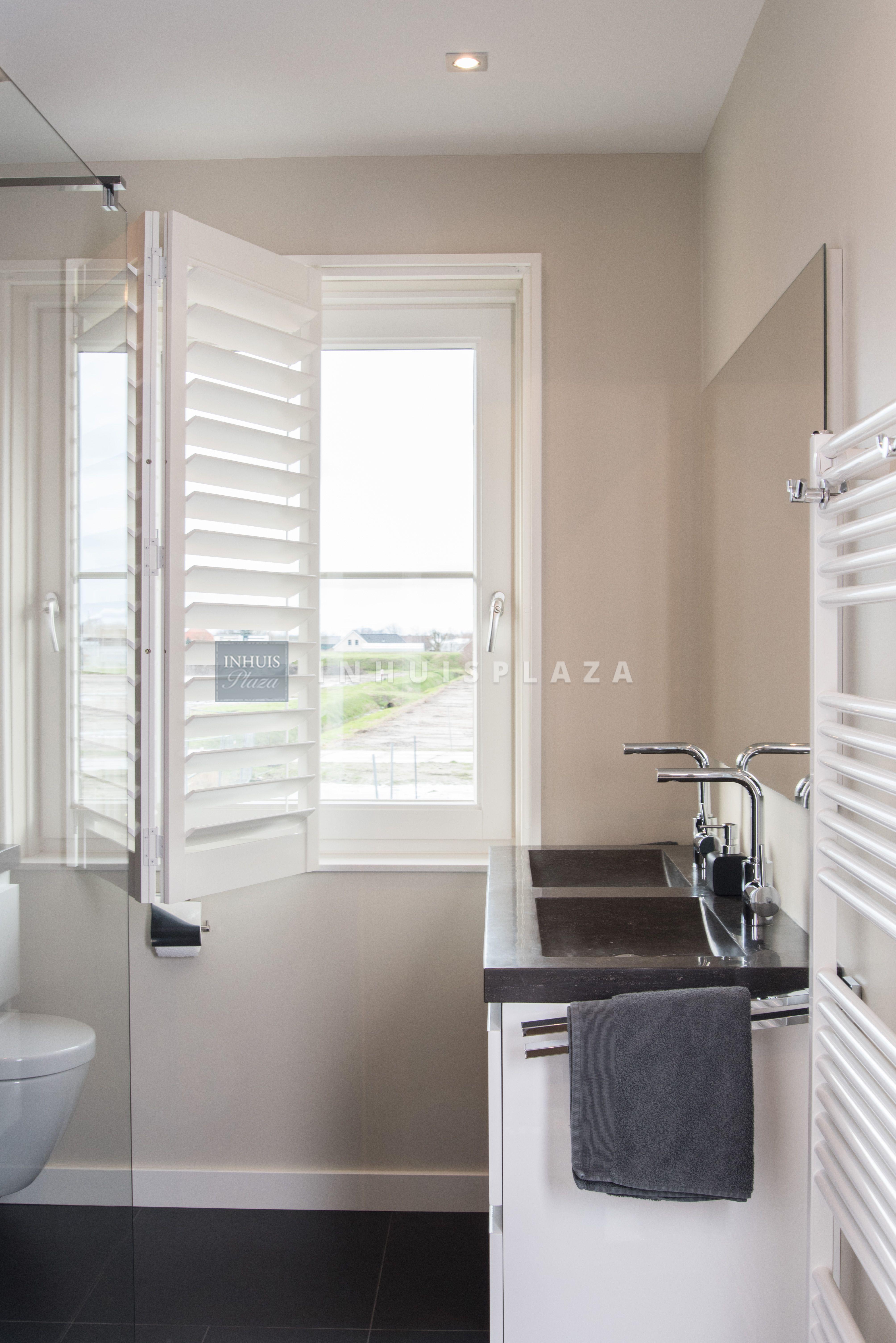 Moderne witte shutters van Blend Window Fashion op een vouwrails in ...