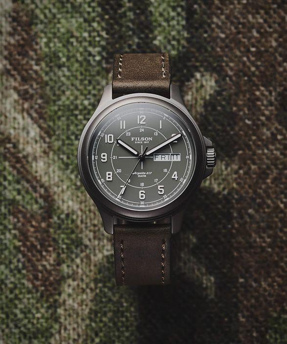 A Filsonlançou o seu relógio novo desportista compacto, oRelógio SkagitField.O relógio clássico é feito com a mesma construção e materiais como seu relógio clássico MackinawField, mas em um perfil mais fino par