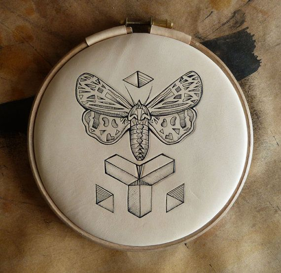 Leder Kunst tätowiert. Inked Moth, geometrisch, Dreieck Tattoo (Embroidery Hoop) handgefertigt