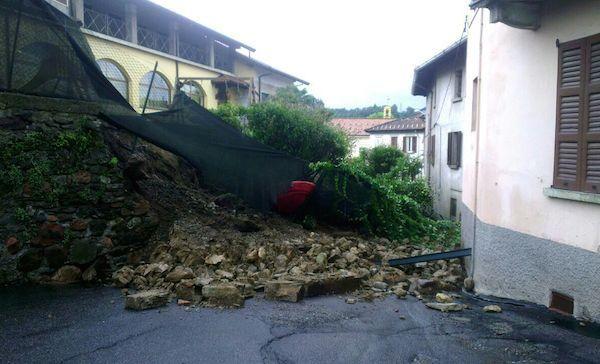 Cantello - La pioggia fa crollare un muro di contenimento | Varese Laghi | Varese News