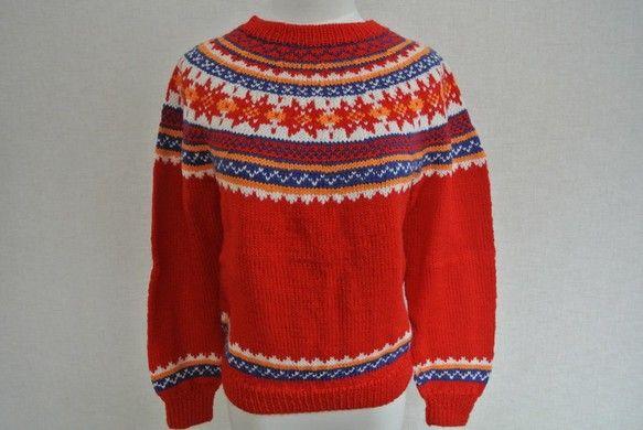 赤いヨークのセーターです。幅45-6センチ、丈55センチ、袖(わき下)38センチ。|ハンドメイド、手作り、手仕事品の通販・販売・購入ならCreema。