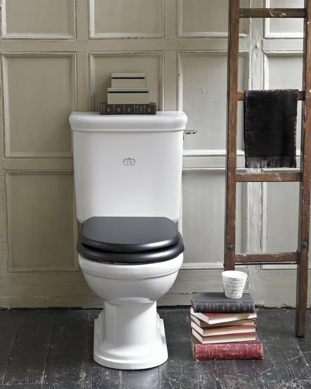 Zeitlos klassisch gestaltetes WC im englischen Landhausstil ...