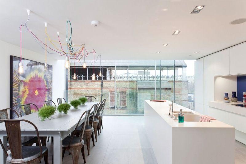 modern in Weiß mit offener Küche und buntes Bild im Mittelpunkt - Esszimmer Modern Weiss