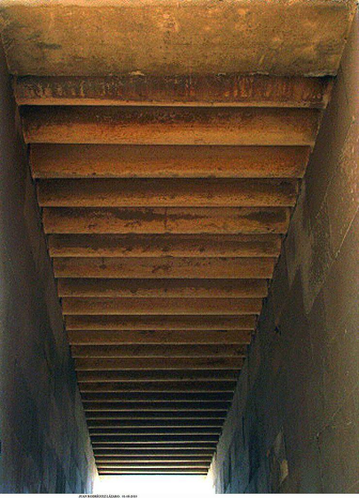 Pasadizo de entrada al recinto funerario del Horus Netjerykhet. Detalle del techo imitando en piedra, una estructura original de vigas de madera. Saqqara.