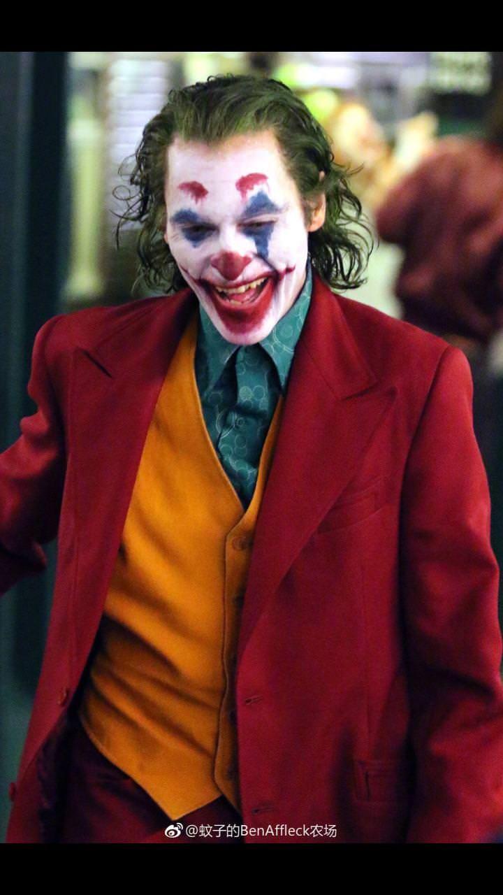 clear costume pics of joaquin phoenix in joker joker
